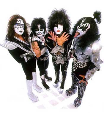 Kiss se forme à New York en 1973, alors que le bassiste Gene Simmons et le  guitariste Paul Stanley quittent leur groupe (Wicked Lester) pour se  concentrer